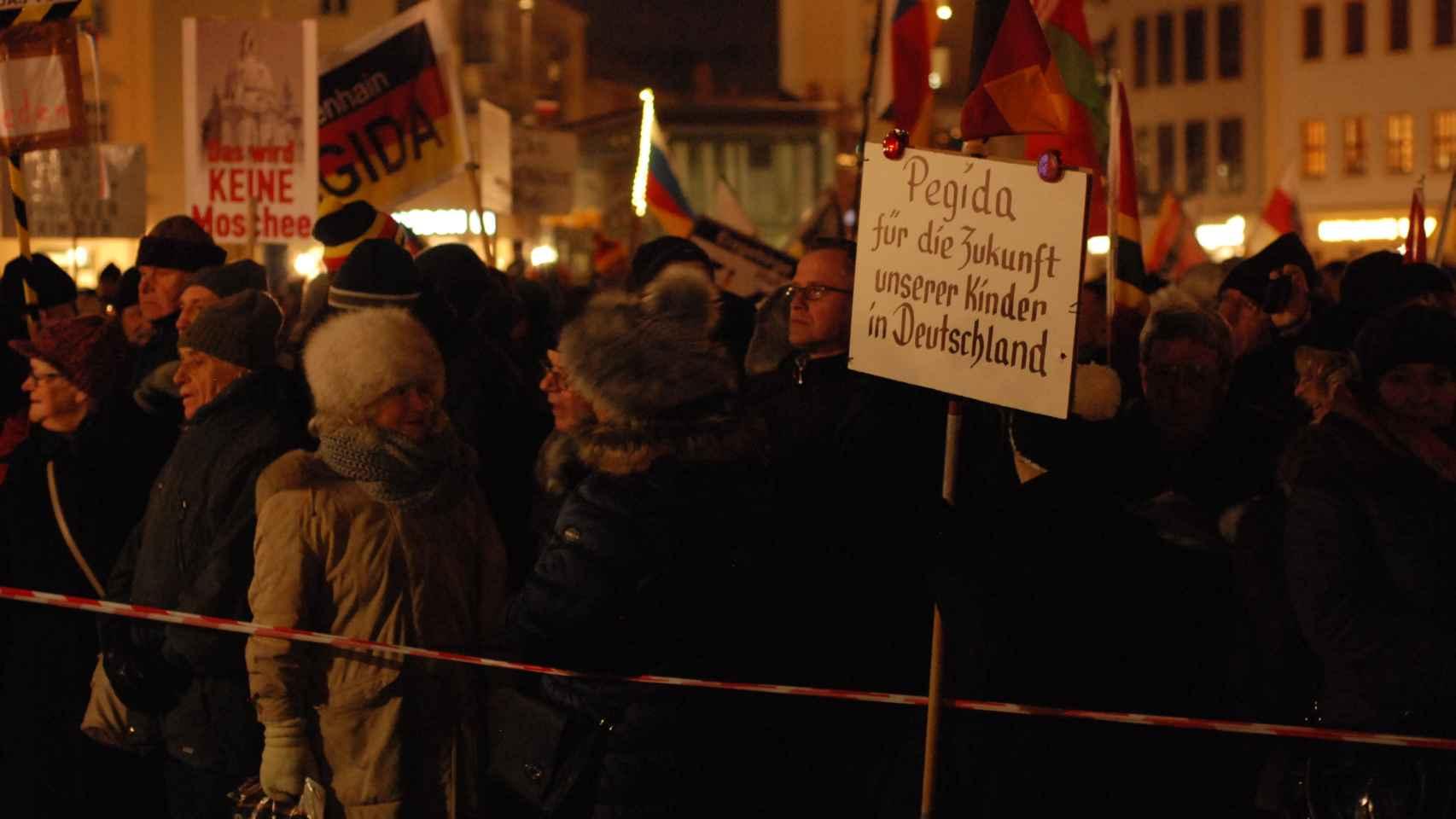 Simpatizantes del grupo islamófobo Pegida en Dresde.