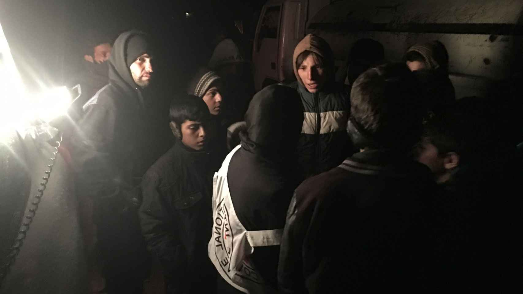 Ciudadanos de Madaya hablan con las ONG en su primer contacto con el exterior en meses.