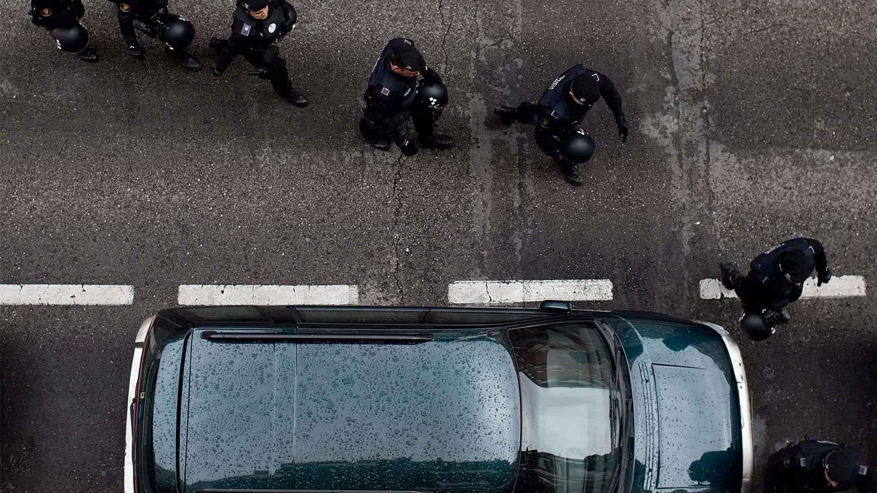 Policías participan en un desahucio.