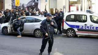 La policía francesa asegura las proximidades de una comisaría atacada.