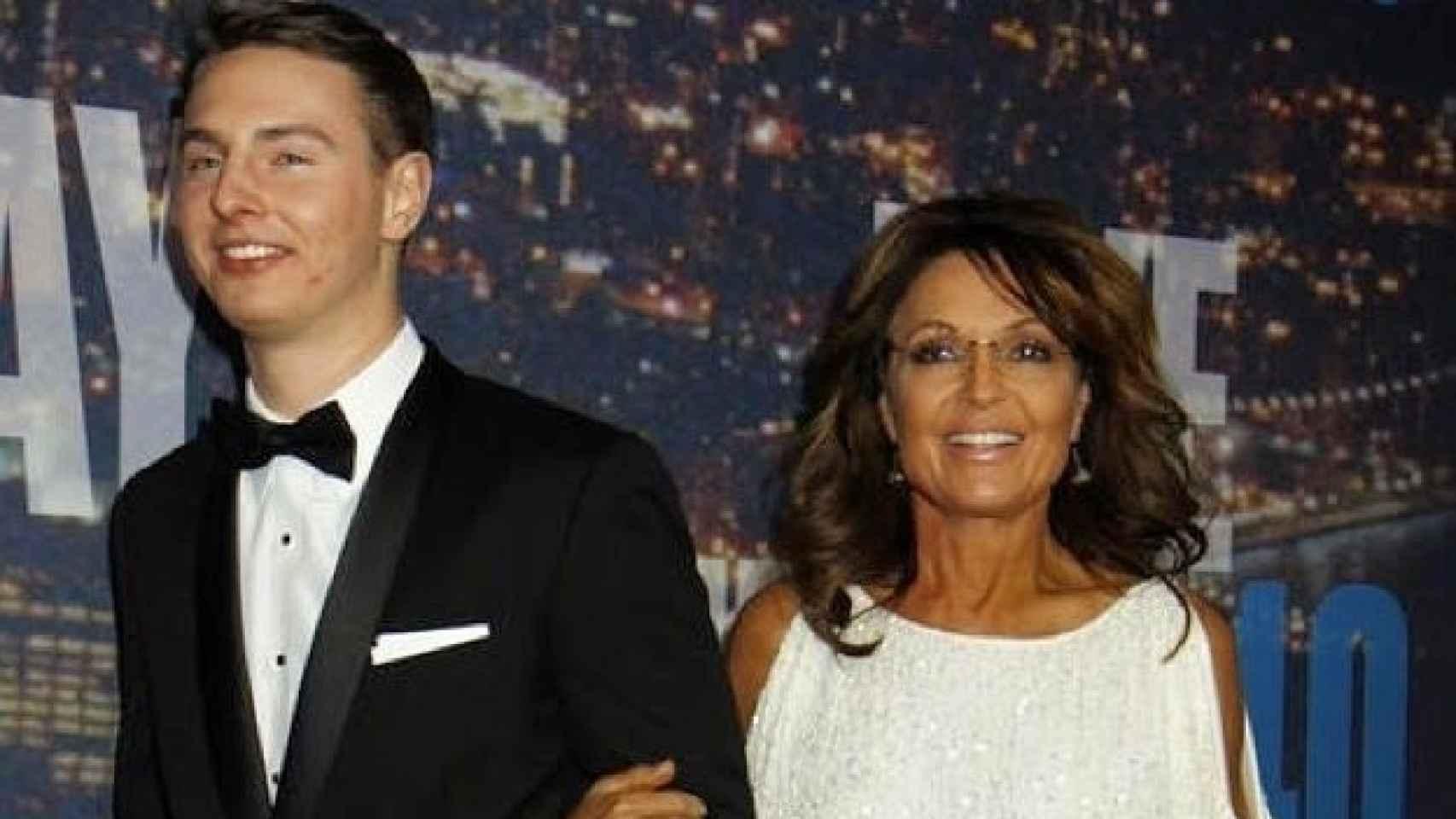 Sarah Palin agarra acompañada de su hijo Track Palin