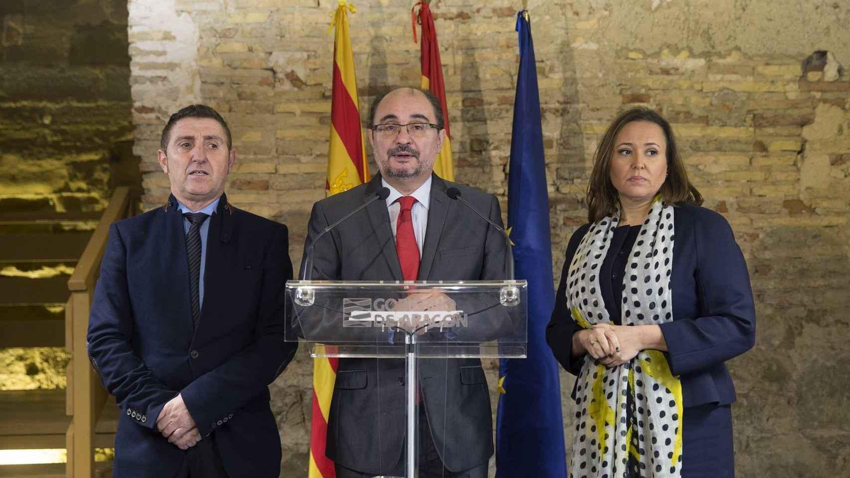 Javier Lambán, centro, tras una reunión con alcaldes que litigan con Cataluña.