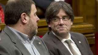 El presidente de la Generalitat, Carles Puigdemont, junto al vicepresidente, Oriol Junqueras, hoy en el pleno del Parlament