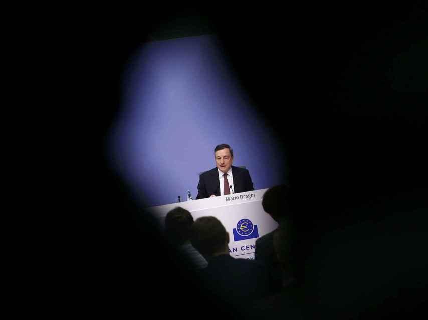 Draghi lee su discurso en Fráncfort.