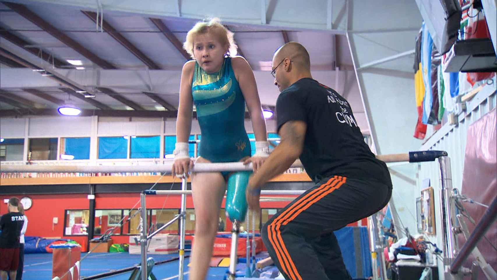 Kate Foster, durante un entrenamiento en la barra de equilibrio.