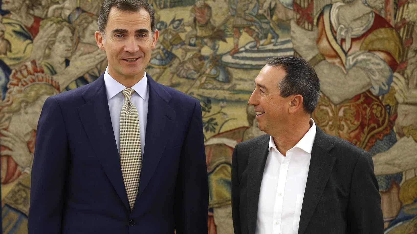 El Rey Felipe VI, junto al portavoz de Compromís, Joan Baldoví, en una de sus rondas de consultas.