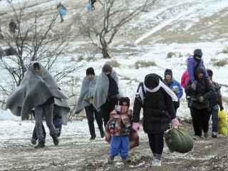 Refugiados caminan hacia un campamento temporal en Miratovac, Serbia.