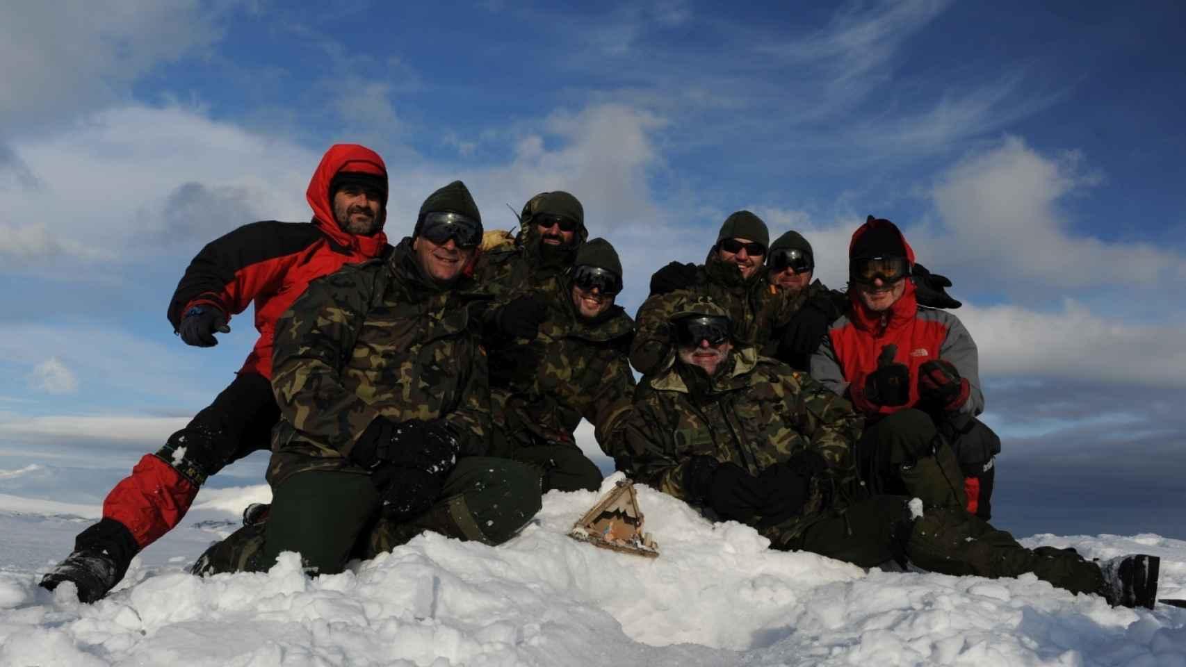 El contingente destinado en la Campaña Antártica posa para una fotografía.