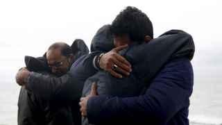 Refugiados iraquíes se abrazan tras conseguir llegar a Lesbos sanos y salvos.