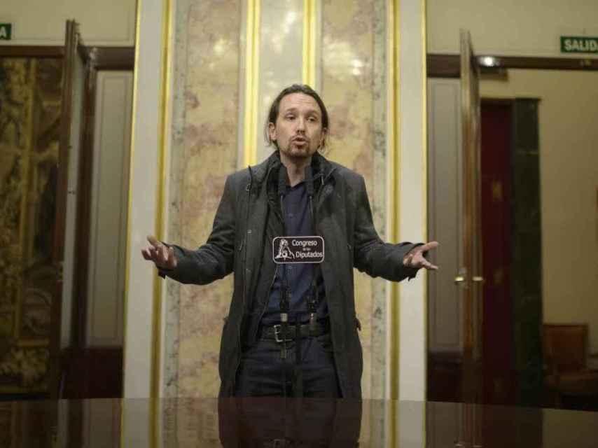Pablo Iglesias responde a la prensa en el Congreso.