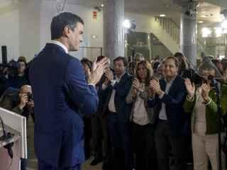 Sánchez, ante César Luena, Susana Díaz y Fernández Vara, en octubre