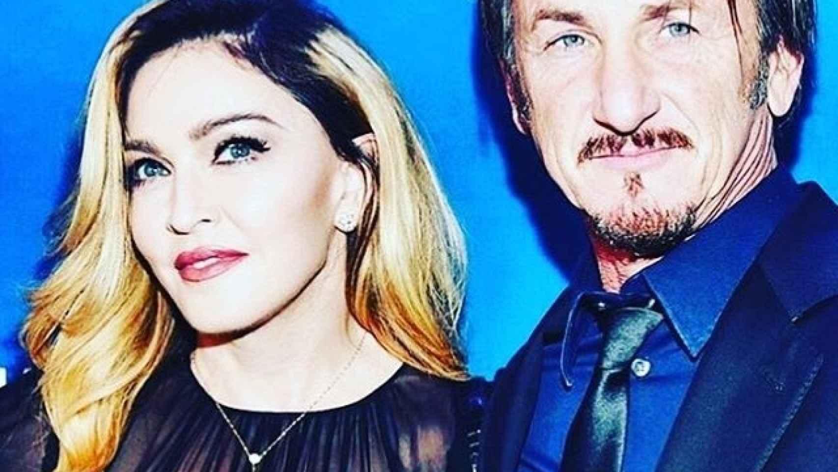 Madonna posa con Sean Pen en la gala Help Haití Home en Beverly Hills