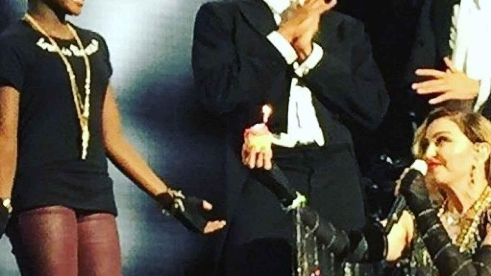 Madonna felicita a su hija Mercy James encima del escenario