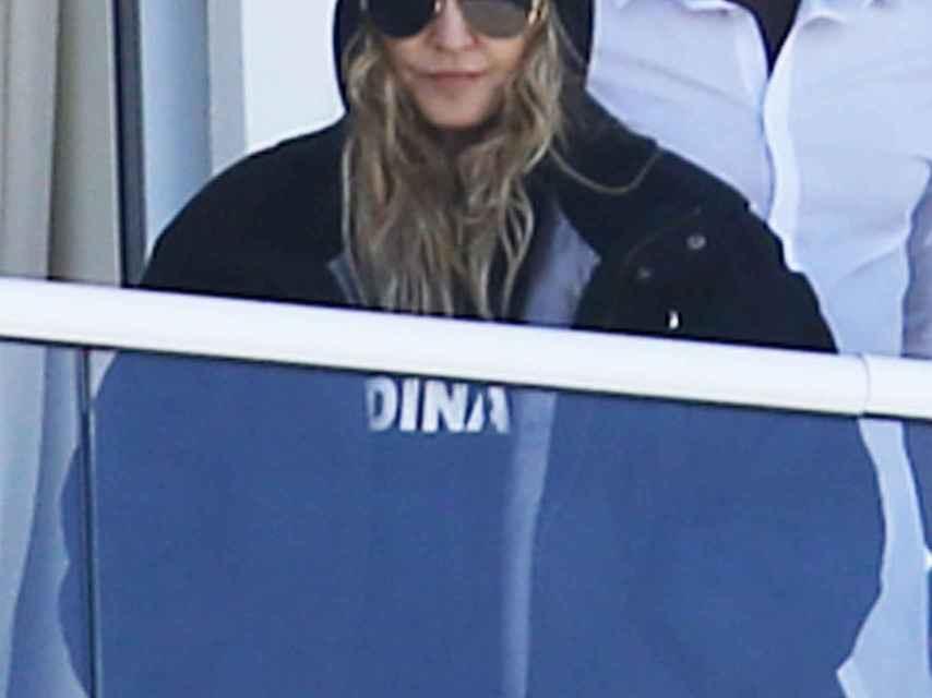 Madonna asomada al balcón de un hotel de Miami mientras ve como juegan sus hijos