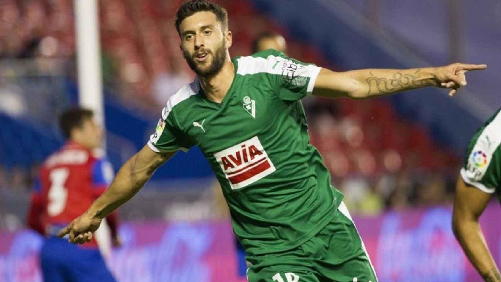 Borja Bastón celebra un gol con el Eibar