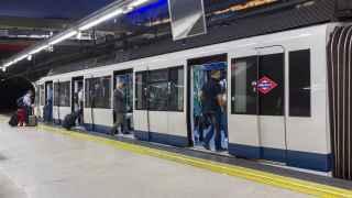Usuarios del metro de Madrid acceden a un vagón.