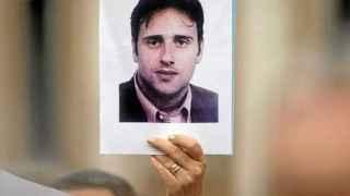 Un manifestante levanta una foto de Miguel Ángel Blanco.