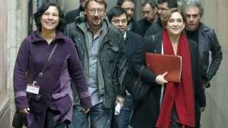Ada Colau junto a miembros de su partido, este lunes en Barcelona