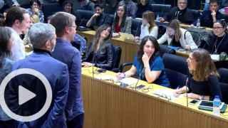 Ana Romero pregunta a Pablo Iglesias durante la rueda de prensa en el Congreso.