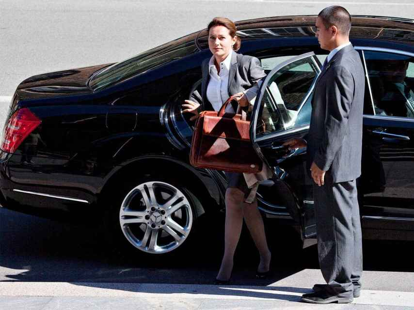 Birgitte Nyborg se baja de su coche oficial.