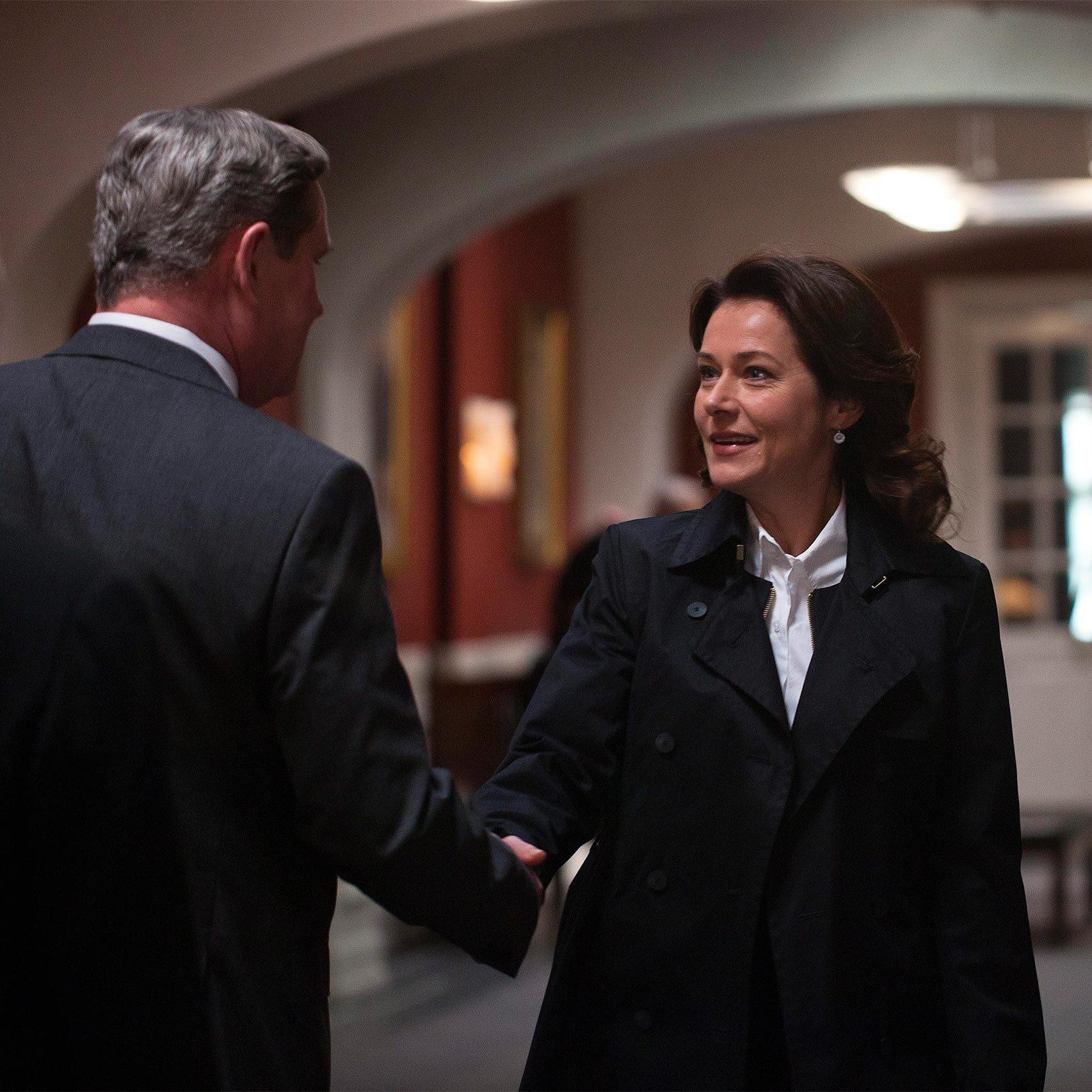 Birgitte Nyborg saluda al líder del partido conservador en los pasillos de la Cámara.