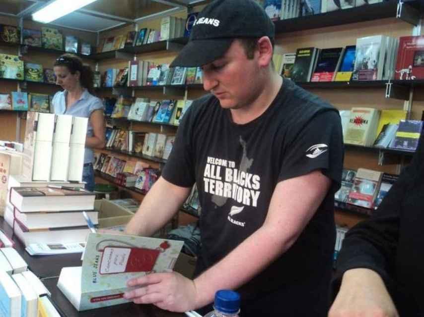 Blue Jeans firmando su libro