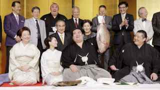 El nuevo emperador japonés del sumo, Kotoshogiku, celebra su título.