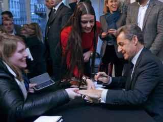El ex presidente francés Nicolas Sarkozy firma ejemplares de su libro