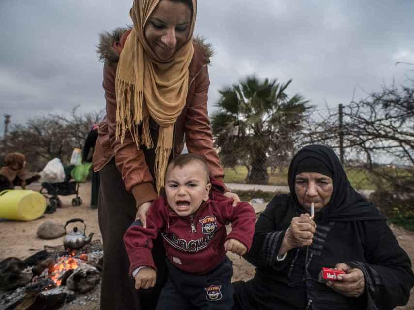 Una familia de refugiados frente al campo de golf de Melilla.