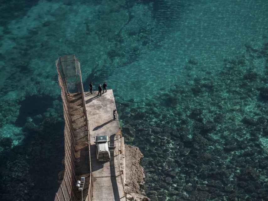 La valla de Melilla se extiende sobresale sobre el mar varios metros.