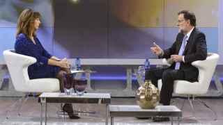 El presidente del Gobierno en funciones, Mariano Rajoy, con la periodista Ana Rosa Quintana.