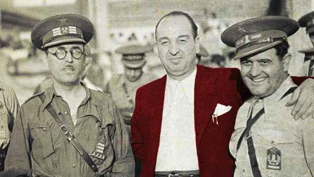 Melchor Rodríguez, el ángel rojo, en el centro.