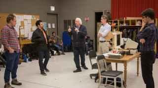 Robert Falls y Seth Bockley en acción con sus actores durante los ensayos.