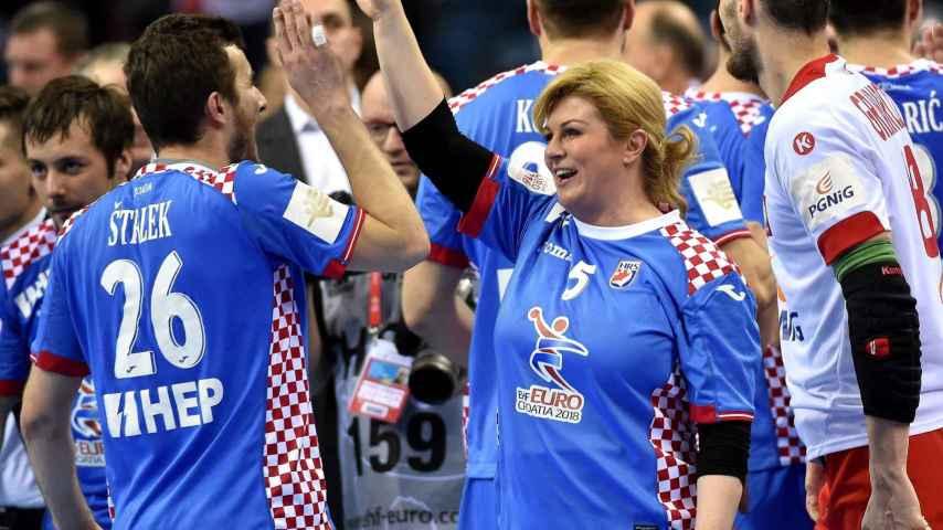 Manuel Strlek felicitado por la presidenta croata.