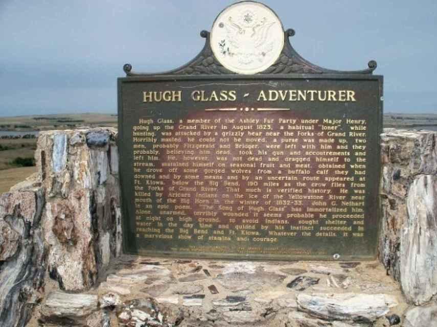 Placa conmemorativa en Dakota del Sur sobre las hazanas de Glass.