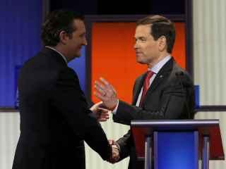 Cruz y Rubio se aprietan las manos al terminar el debate.