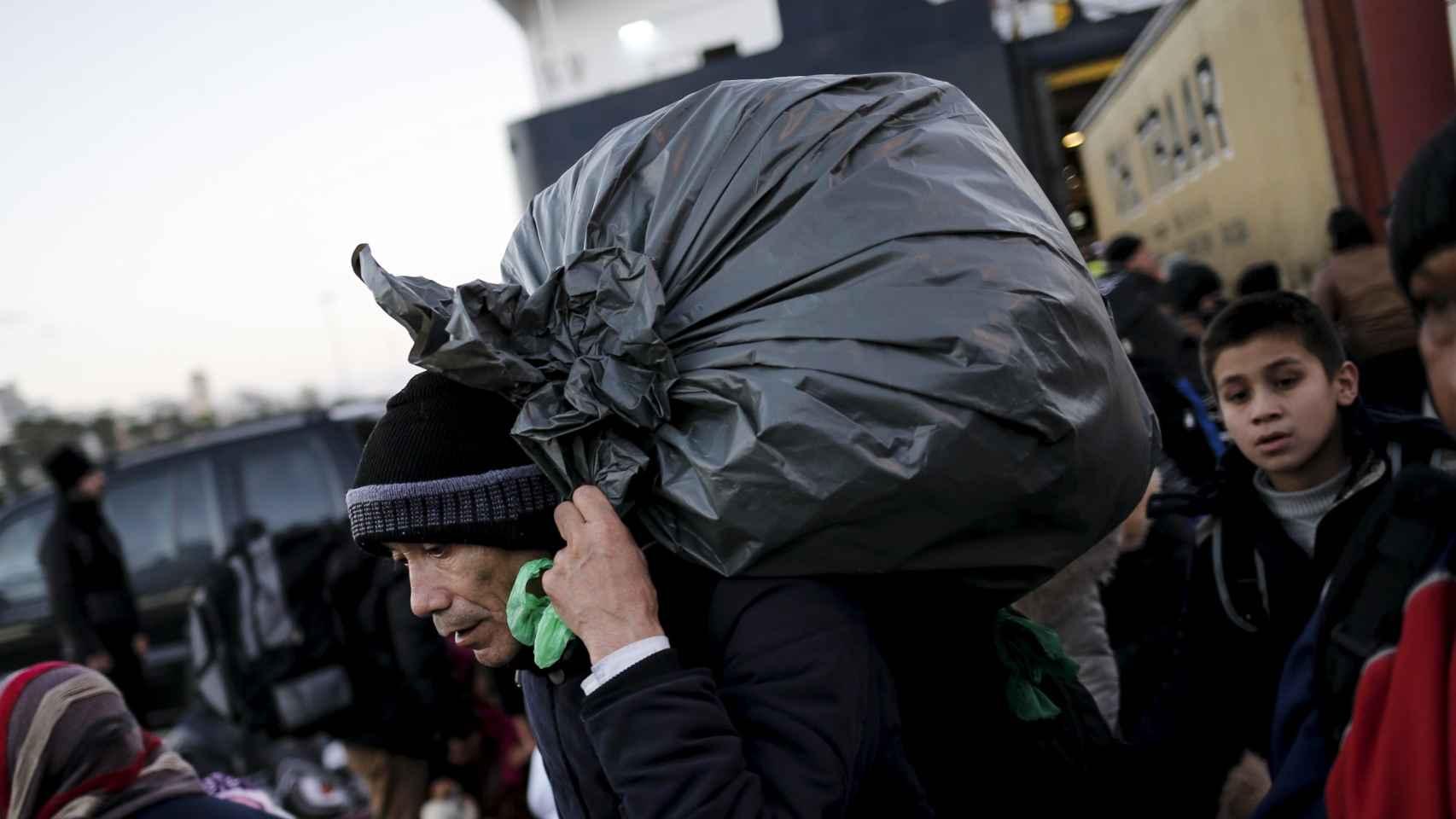 Un refugiado afgano llega al puerto de Pireo en Grecia.