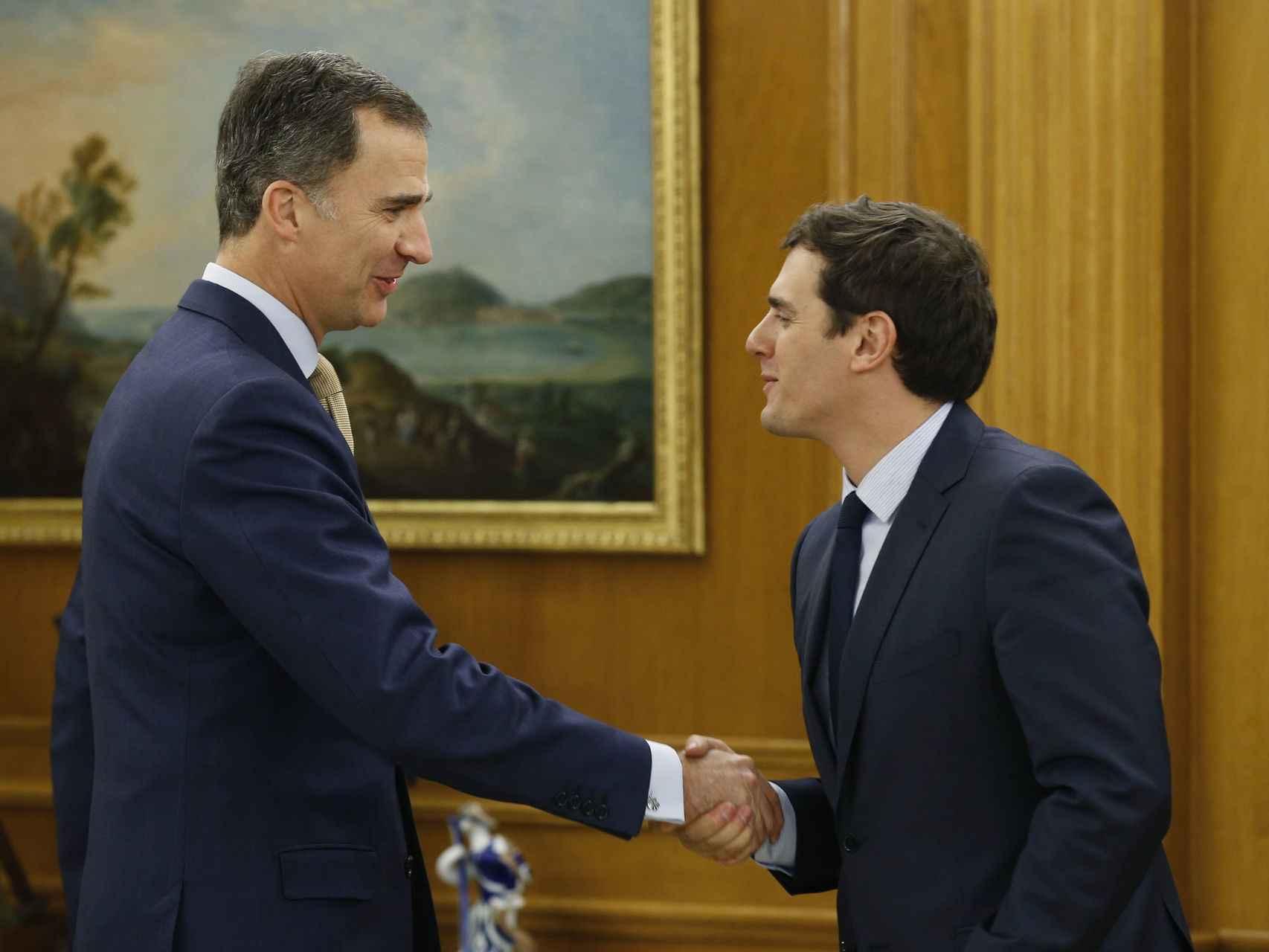 Felipe VI y Albert Rivera se saludan en la Zarzuela.
