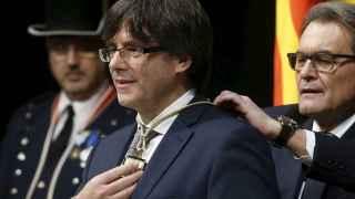 Carles Puigdemont  es investido por el 'president' saliente, Artur Mas.