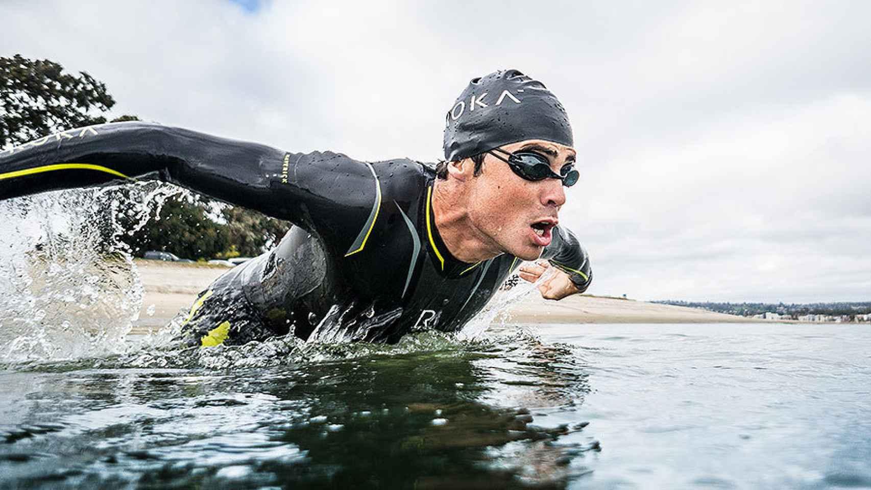Gómez Noya sale del agua en la prueba de nado.