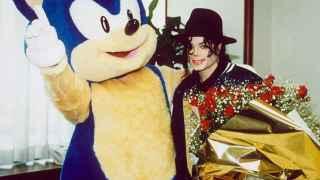 Sonic y Michaek Jakcson durante la visita del cantante a sega en los años 90.