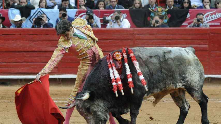 José Tomás durante la lidia de uno de los toros en México.
