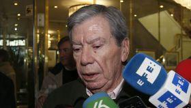 José Luis Corcuera atiende a los medios tras la reunión de históricos del PSOE