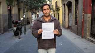 Luis Escalona muestra un listado de cuatro páginas con una veintena de multas