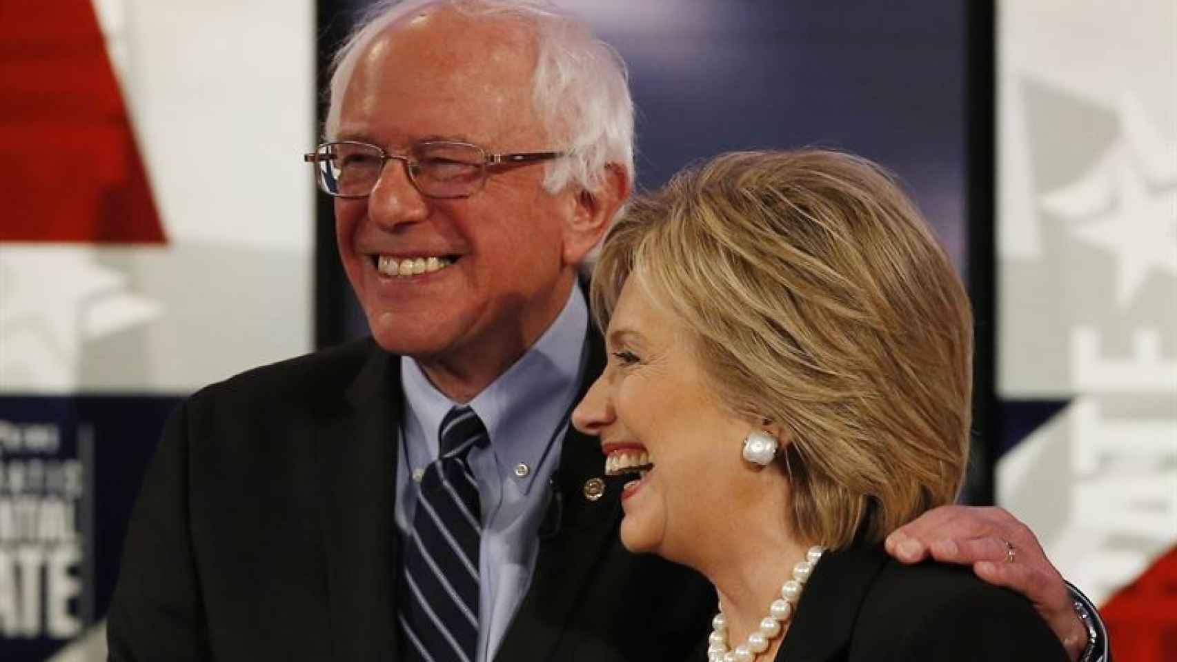 Bernie Sanders, junto a Hillary Clinton.