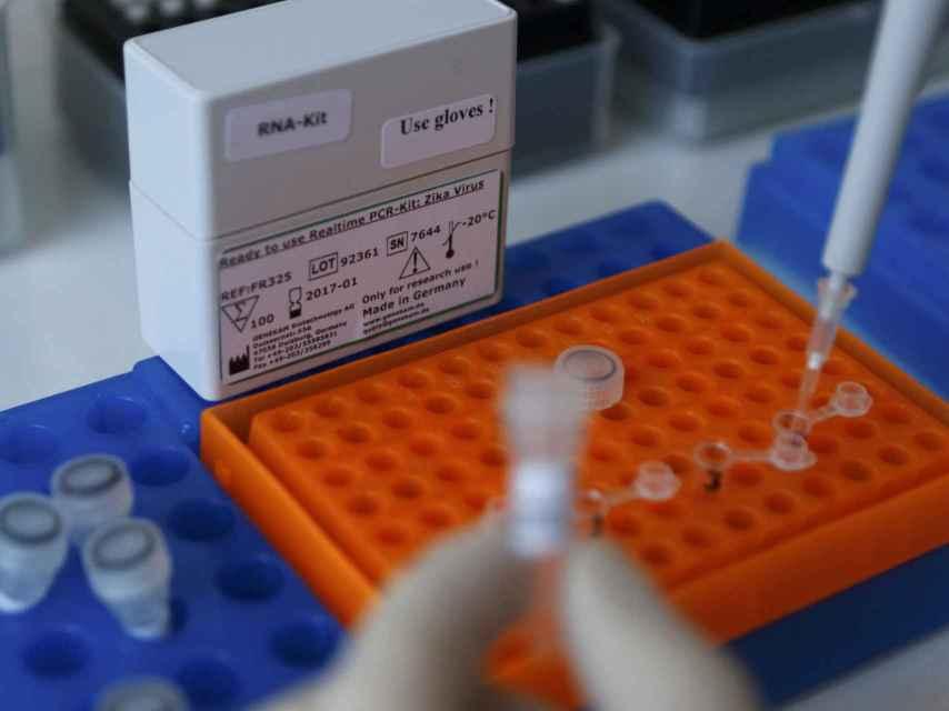 Una prueba del test contra el Zika de Genekam.