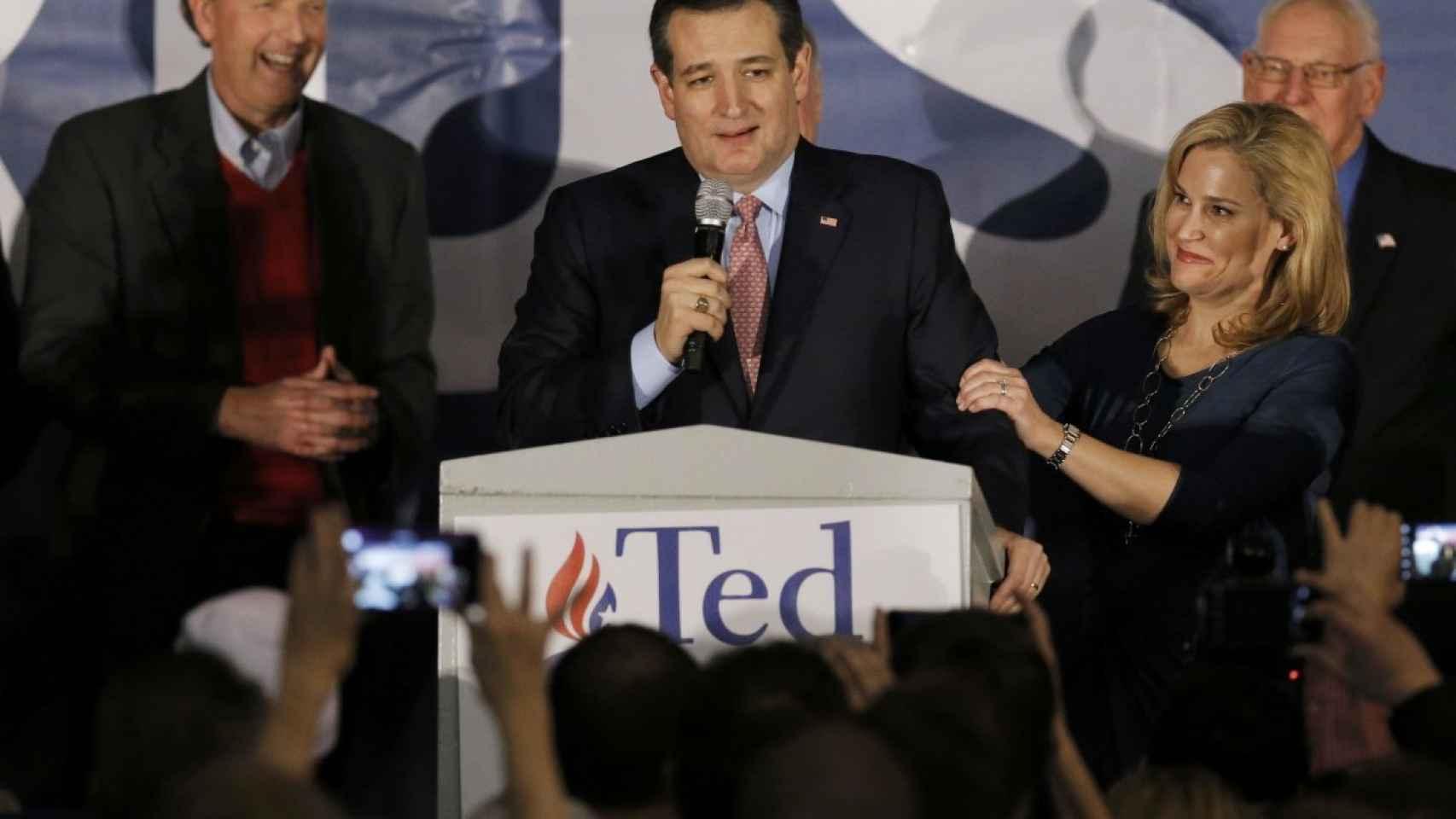 Ted Cruz habla a los votantes de Iowa, con su mujer Heidi Cruz a su lado.