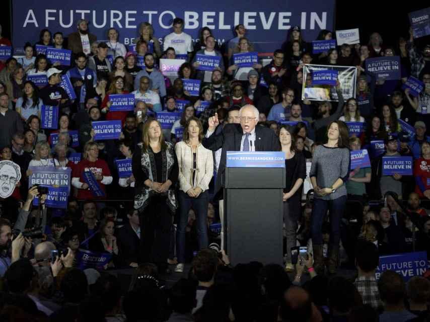 Bernie Sanders empató con Hillary Clinton en el despegue de las primarias.