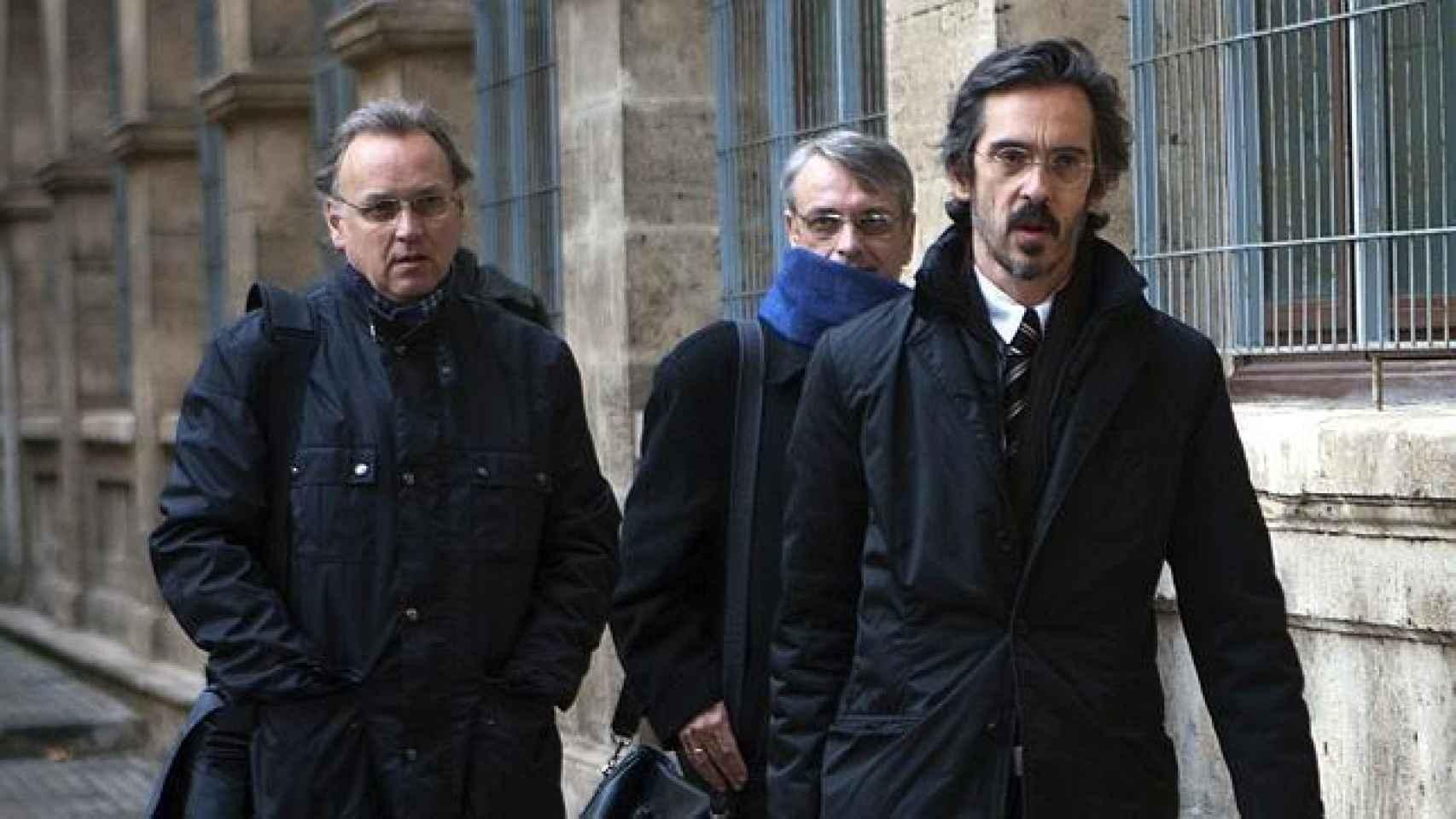 Miguel Tejeiro en el centro junto a su hermano Marco Antonio y  su abogado entrando en  los juzgados de Palma