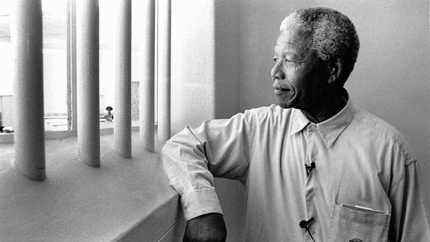 Nelson Mandela visitando la celda en la que estuvo encerrado 18 años.
